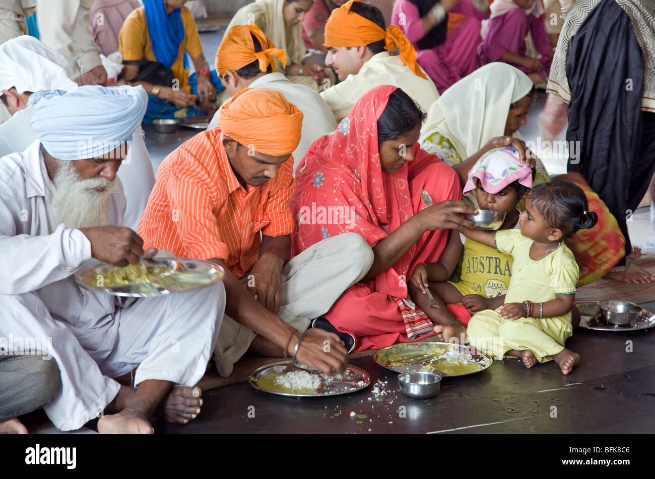 indische familie essen ein thali traditionelles indisches essen der goldene tempel kostenlose. Black Bedroom Furniture Sets. Home Design Ideas