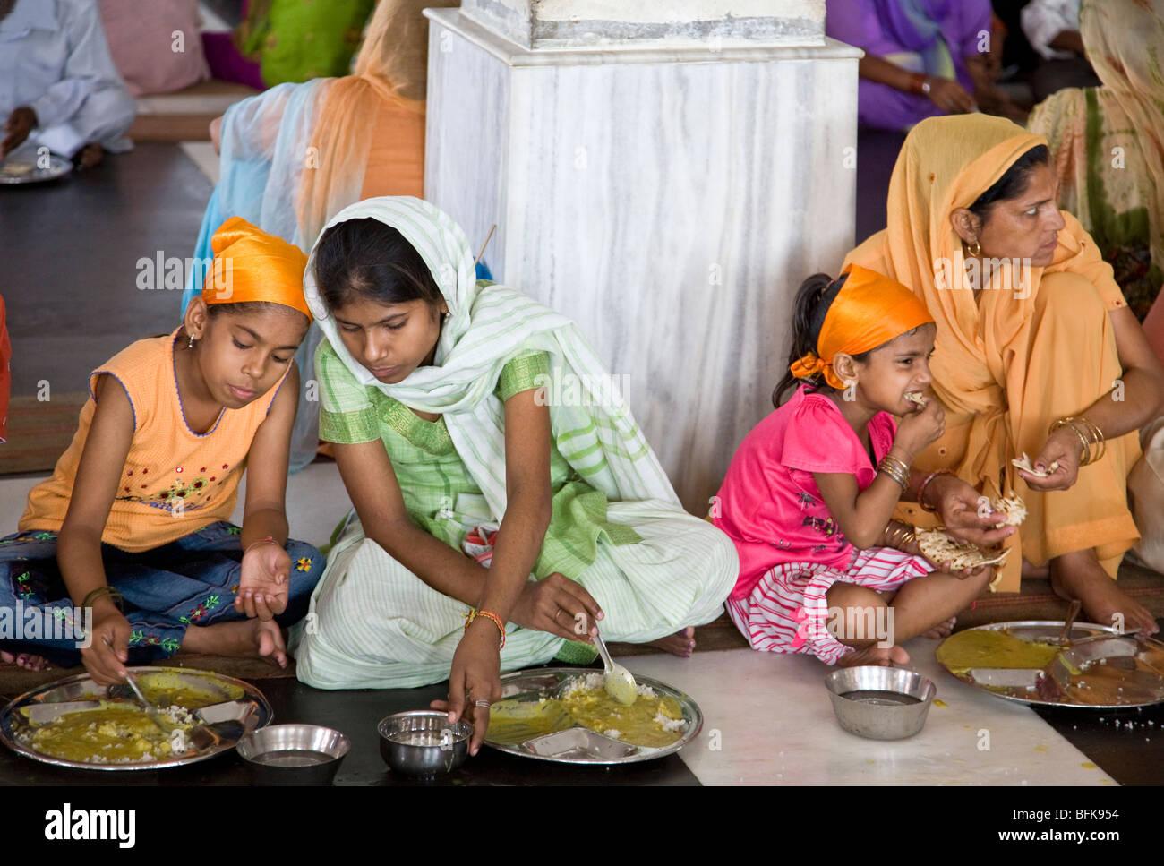 indische frauen essen ein thali traditionelles indisches essen der goldene tempel kostenlose. Black Bedroom Furniture Sets. Home Design Ideas