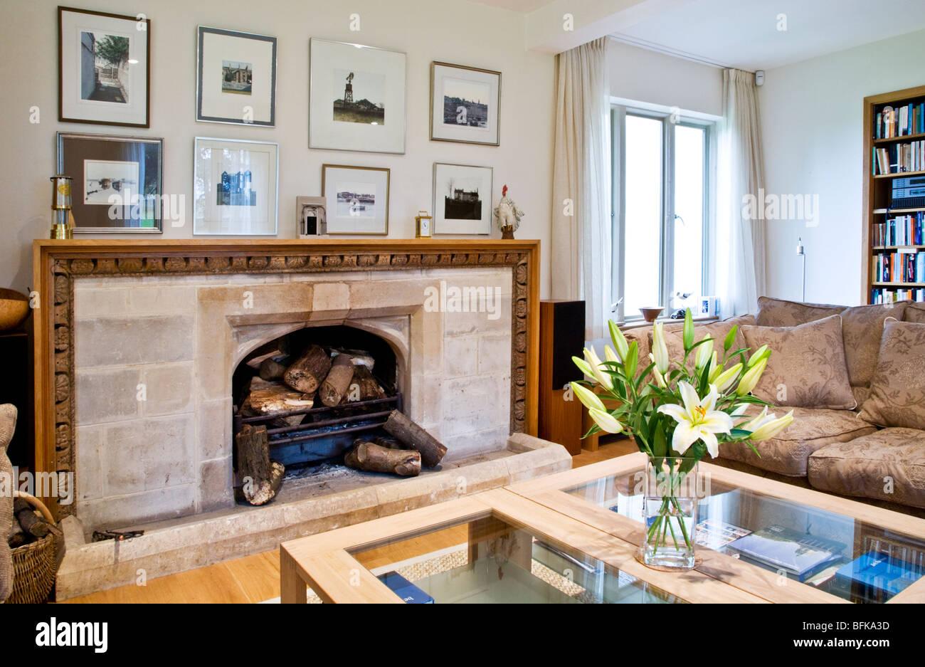 Moderne zeitgenössische smart Wohnzimmer mit Steinkamin und Vase mit ...