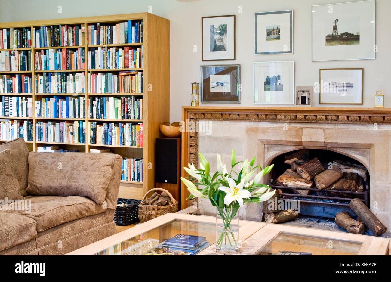 Moderne zeitgenössische stilvolles Wohnzimmer mit Kamin und ...