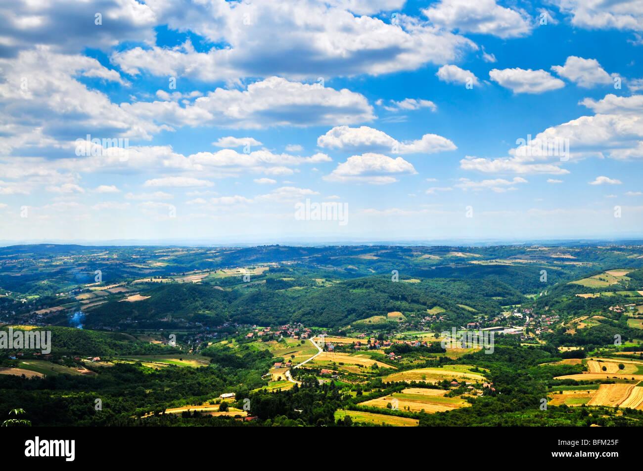 Landschaftsansicht der serbischen ländlichen mit Bauernhöfen und Städte Stockbild
