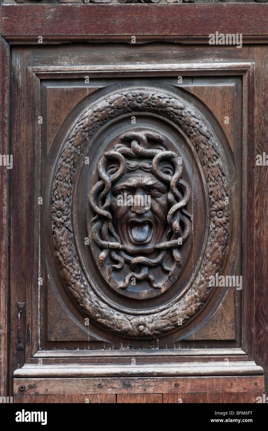 Detail der ein furchtsames Gesicht geschnitzt in einem großen alten Holztür im Le Marais, Paris Stockbild