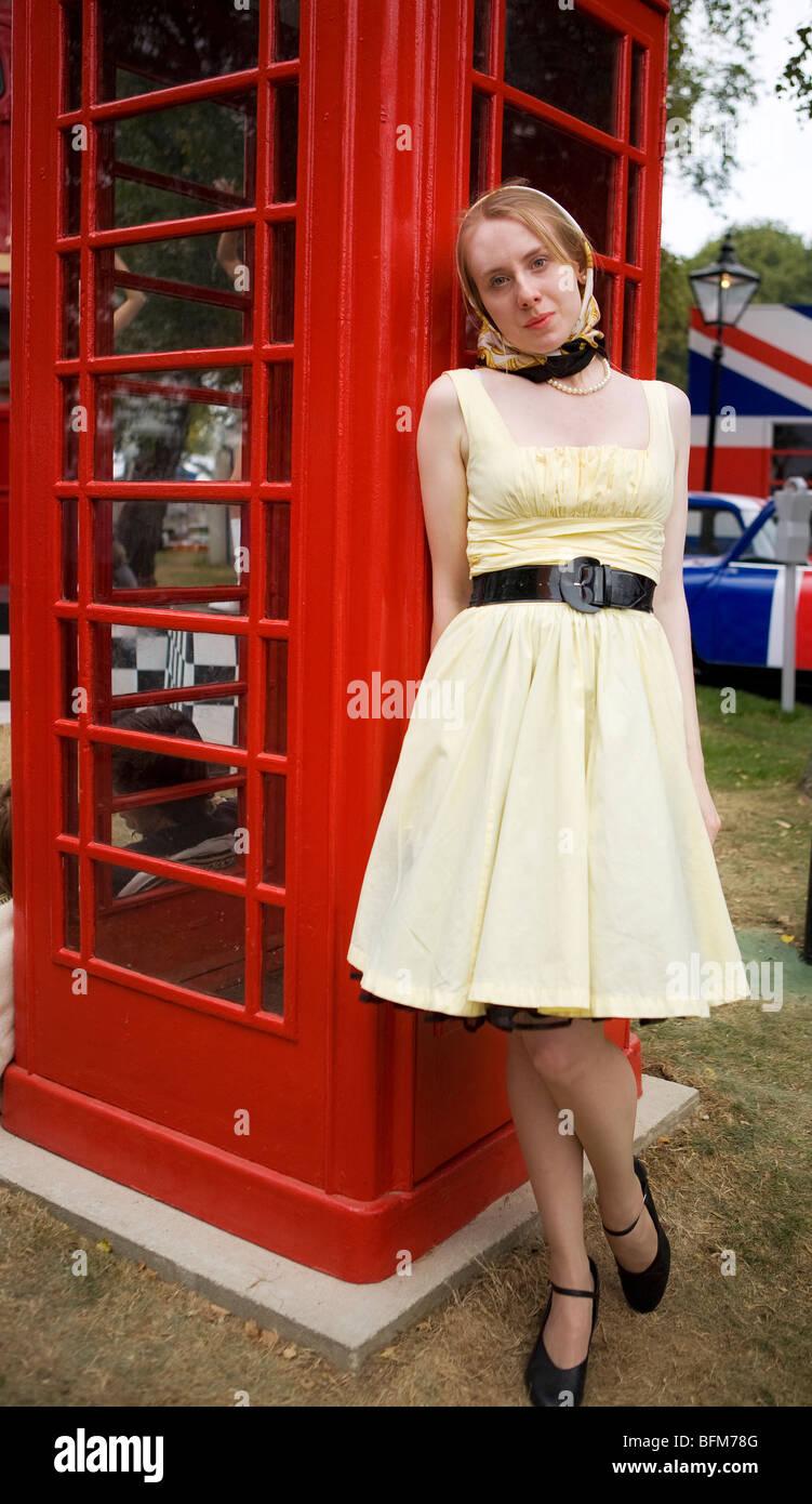 Junges Mädchen gekleidet in 60er Jahre Kostüm am Goodwood Revival, Chichester, West Sussex, England. Stockbild