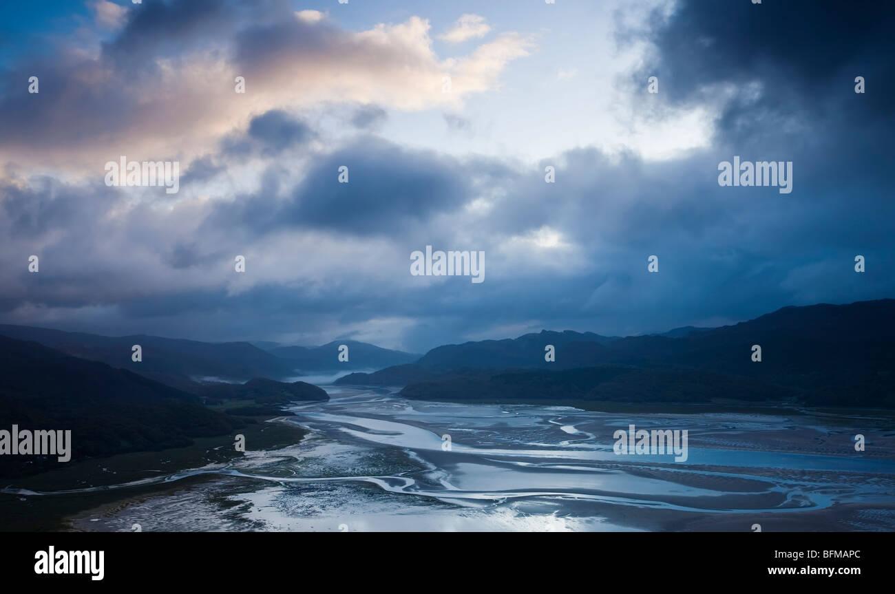 Götterdämmerung über die Mawddach Mündung in der Nähe von Snowdonia National Park Wales, Stockbild