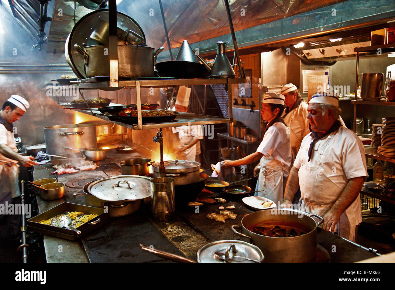 Spanien, Cataluna, Barcelona, Ciutat Vella, Koch in der Küche des ...