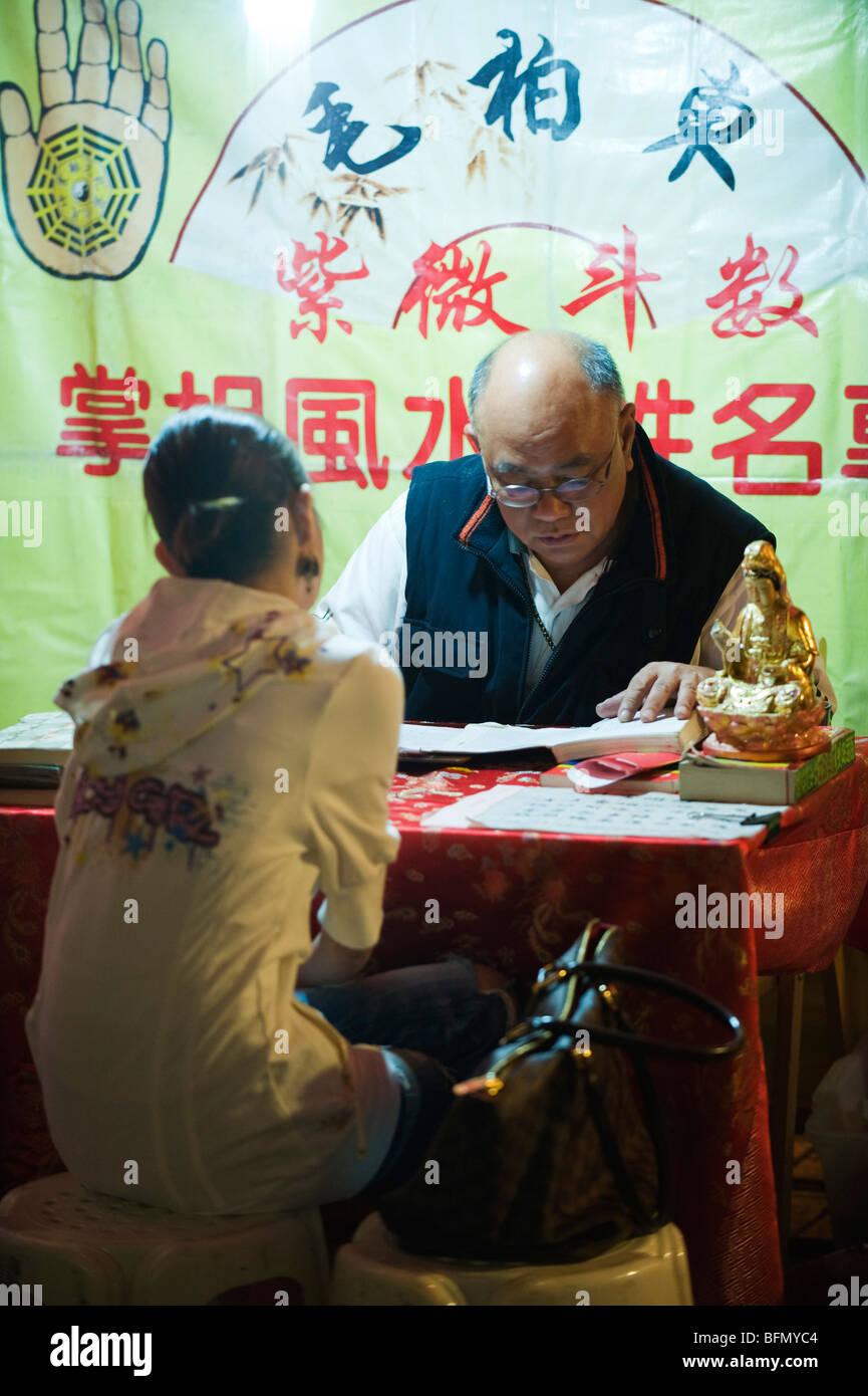 China, Hong Kong, Kowloon, Yau Ma Tei Bezirk, Temple Street Night Market Wahrsagerin Stockbild