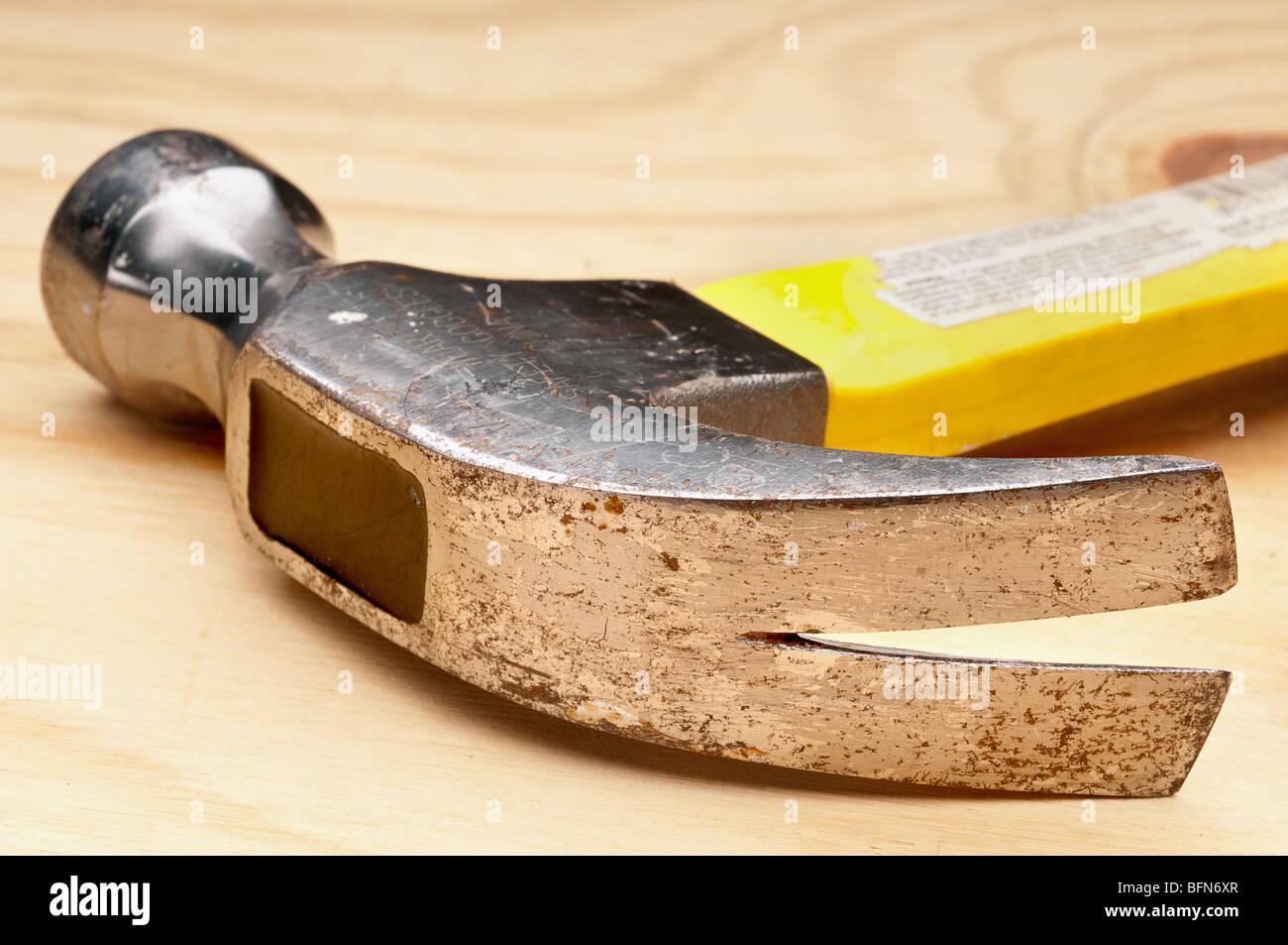 flachen Fokus Nahaufnahme von einem alten Hammer auf Holz Stockbild