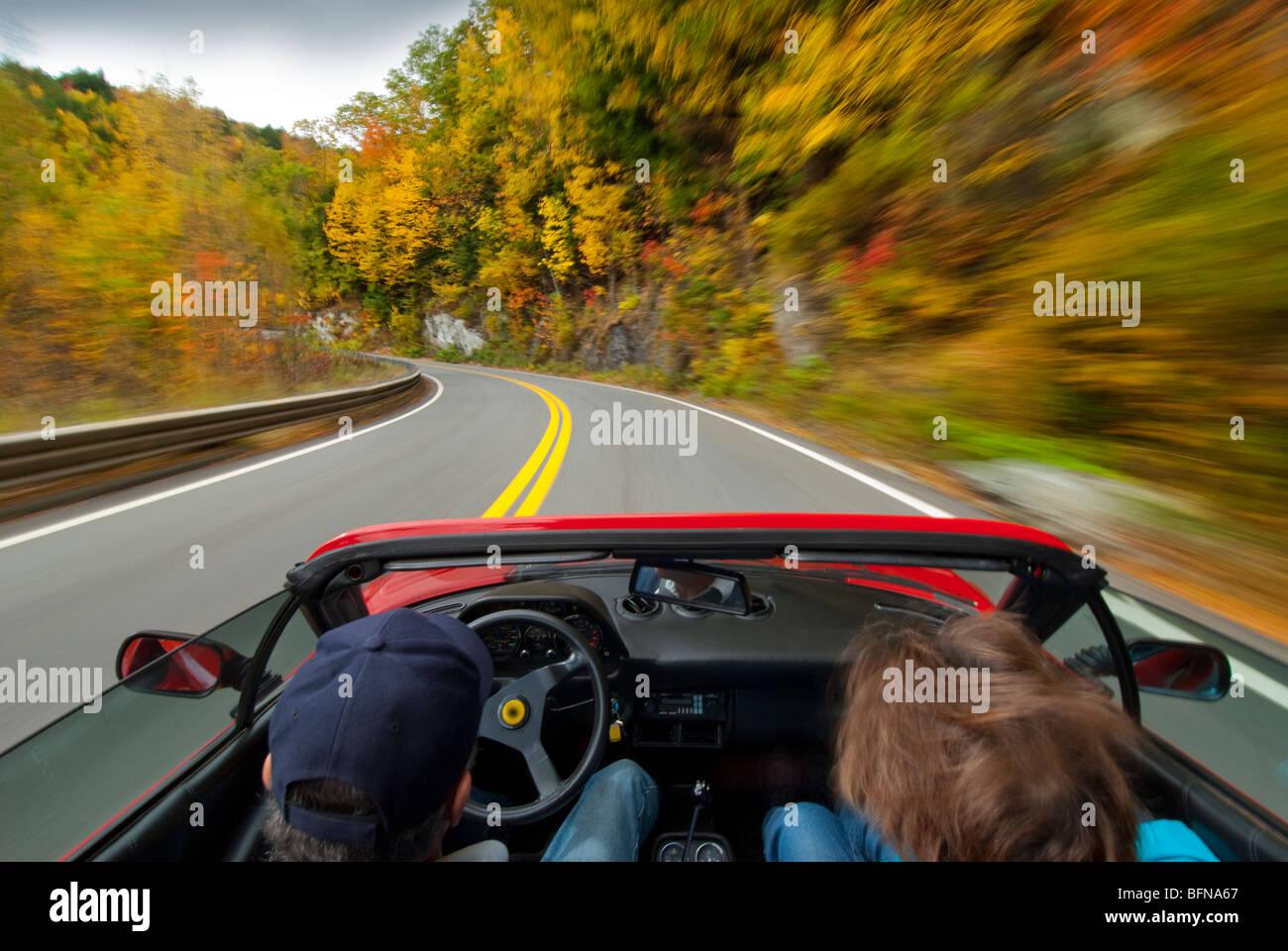 fahren einen italienischen Sportwagen mit Geschwindigkeit auf einer Landstraße Stockbild