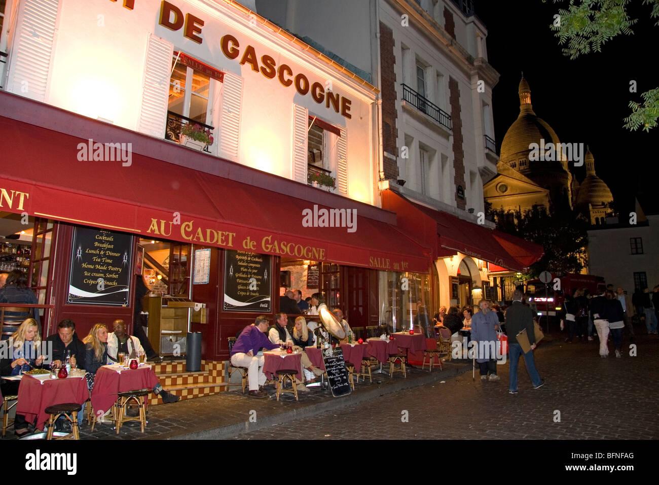 Restaurant-außen- und Nachtleben in Montmartre-Viertel von Paris, Frankreich. Stockbild