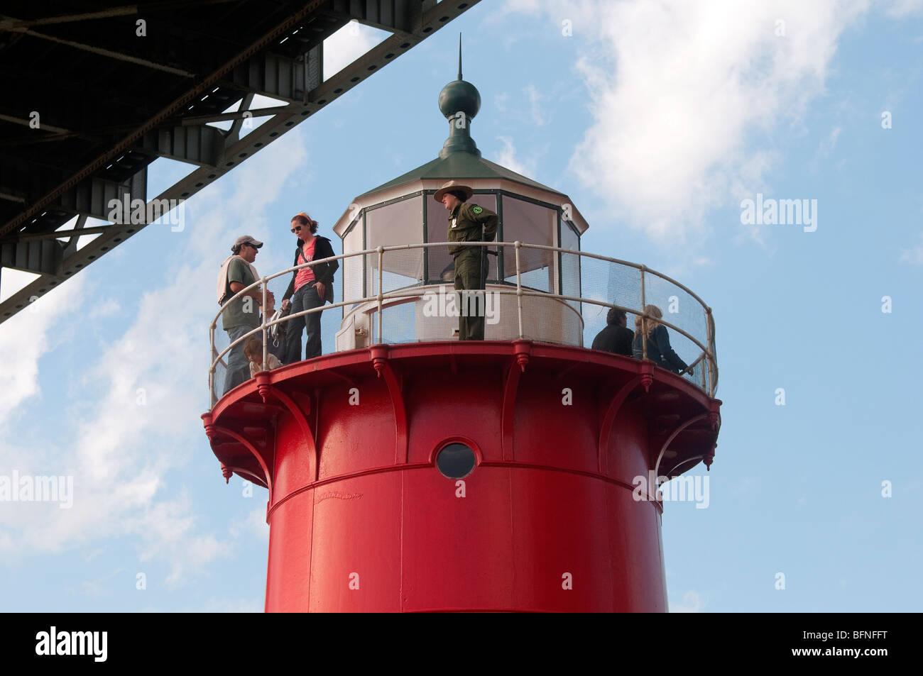 Besucher mit einem Ranger des Parks an der Spitze der kleinen roten Leuchtturm während Open House New York Stockbild