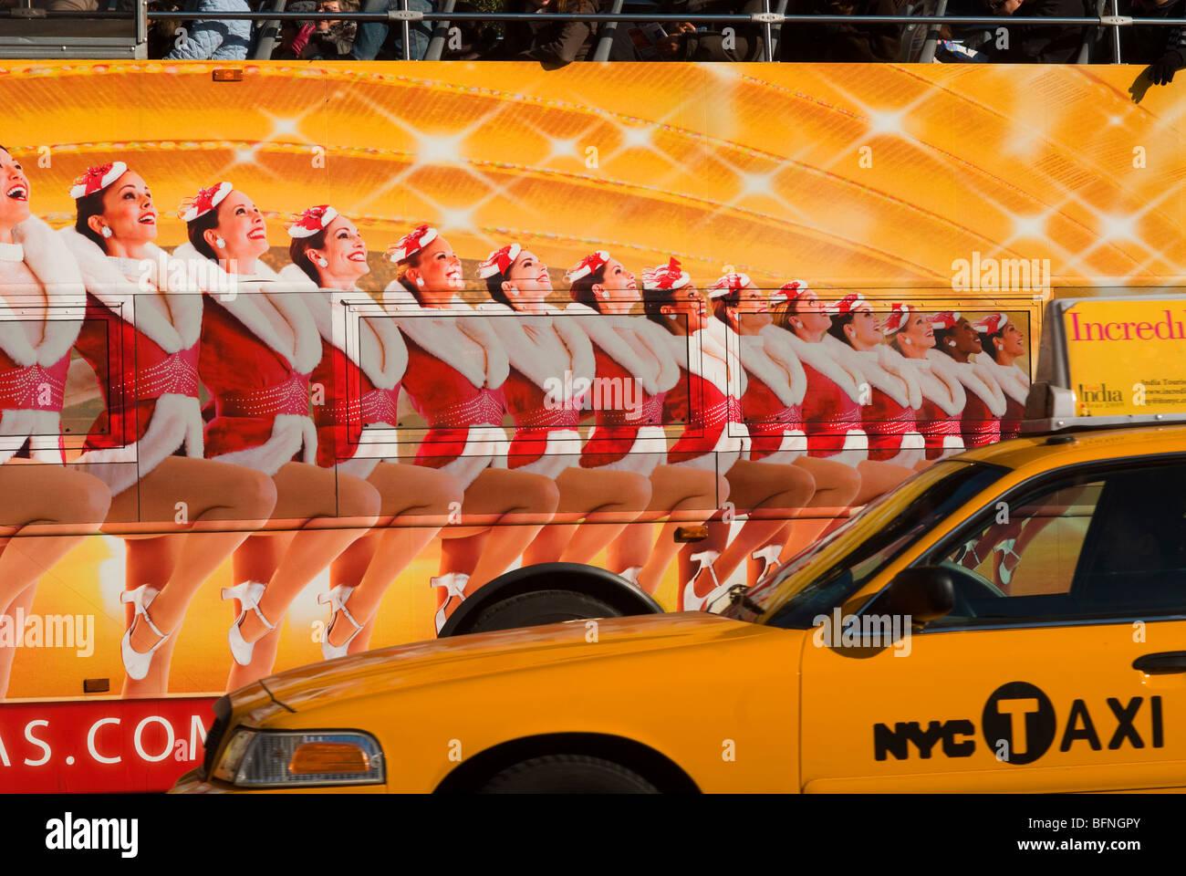 Taxi geht einen Reisebus mit einer Anzeige für die Radio City Music ...