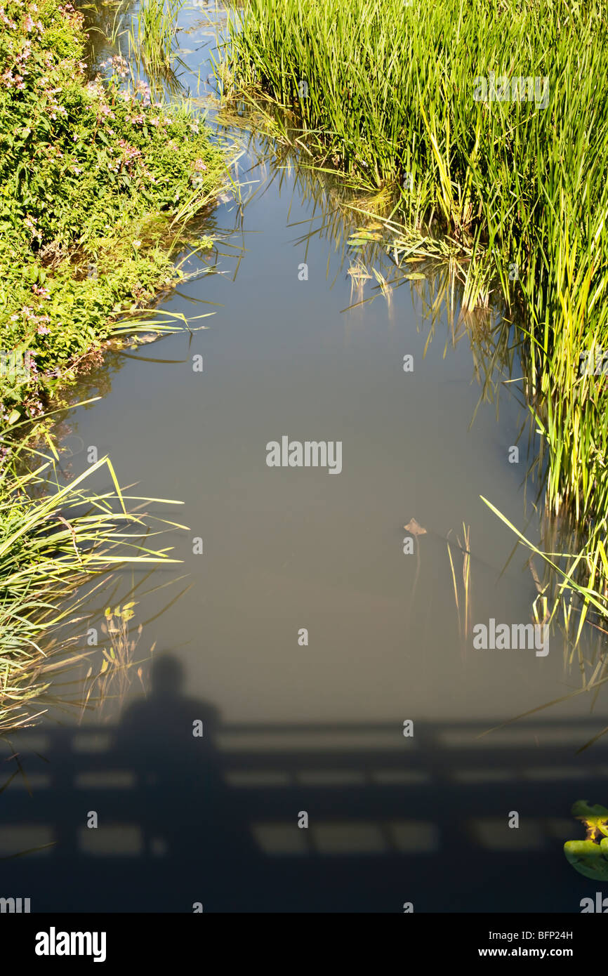 Schatten der Mann auf einer Brücke. Stockbild