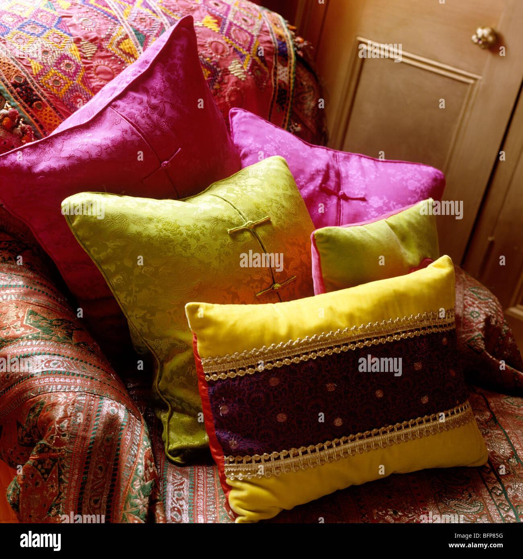 Sofa mit indischen Abdeckung und hellen Seidenkissen Stockbild