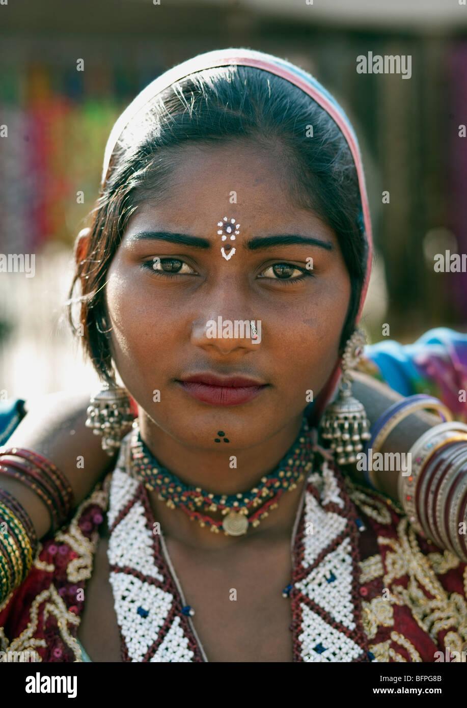 Rajasthani indische Tänzerin Mädchen Porträt in Pushkar fair, Rajasthan Indien. Stockbild