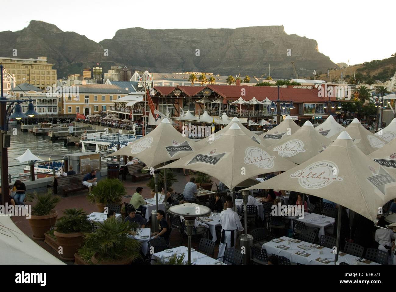 Restaurant im Freien mit Sonnenschirmen im Victoria and Alfred Waterfront Stockbild