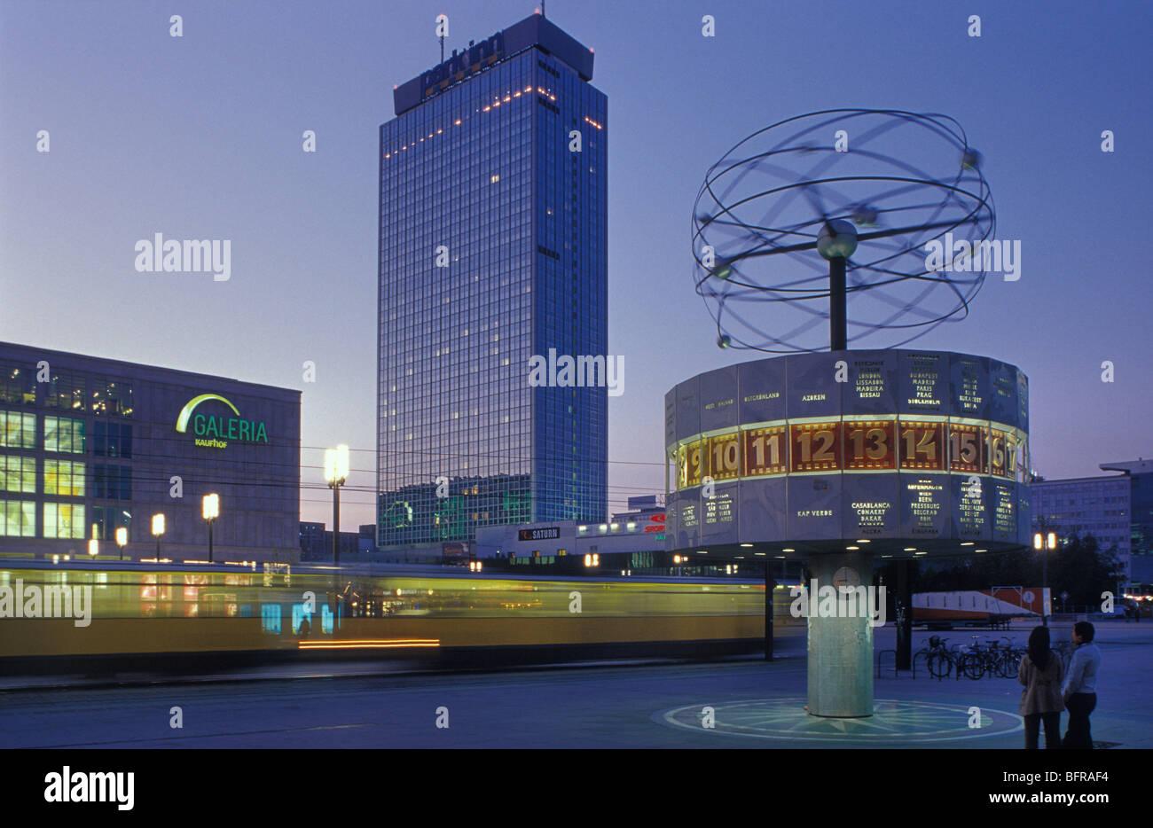 Alexanderplatz mit weltzeituhr und park inn hotel in der for Alexanderplatz hotel