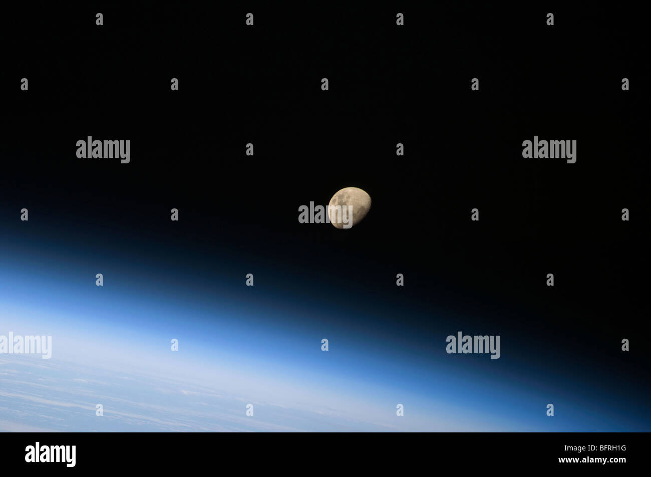 30. August 2009 - ein Crescent Moon sichtbar oberhalb der Erdatmosphäre. Stockbild