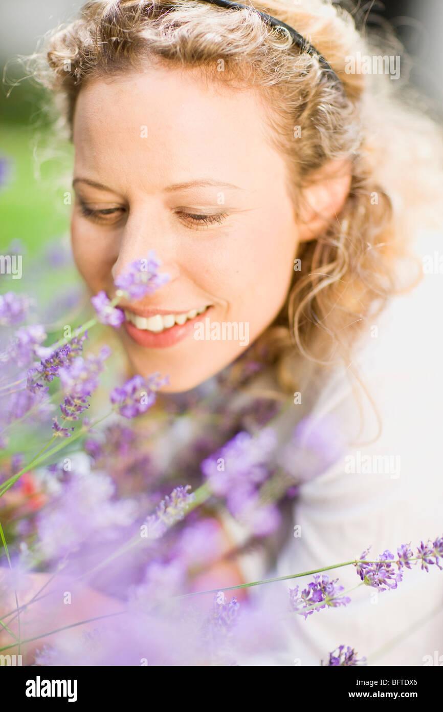 Porträt der Frau mittleren Alters und Blume Stockbild