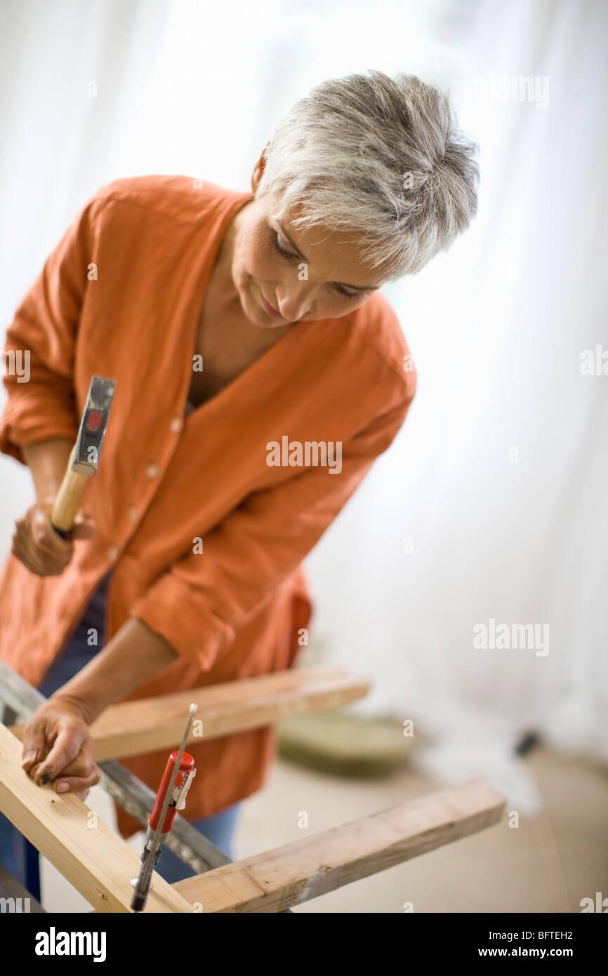 Frau, handwerkliche Fähigkeiten zu tun Stockbild