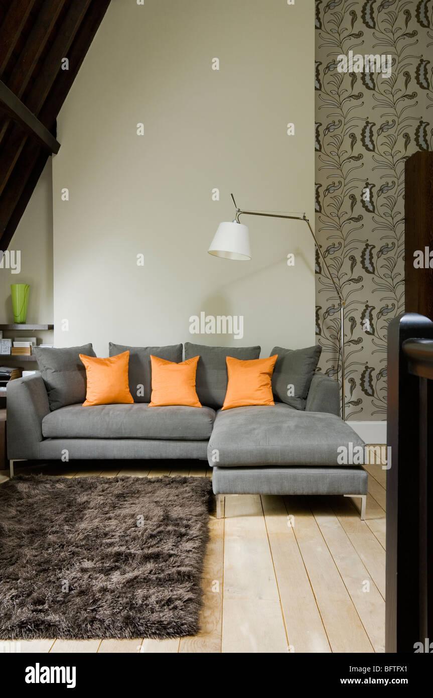 Zeitgenössische Wohnzimmer mit Retro-Stil-Prints und 20th Century ...