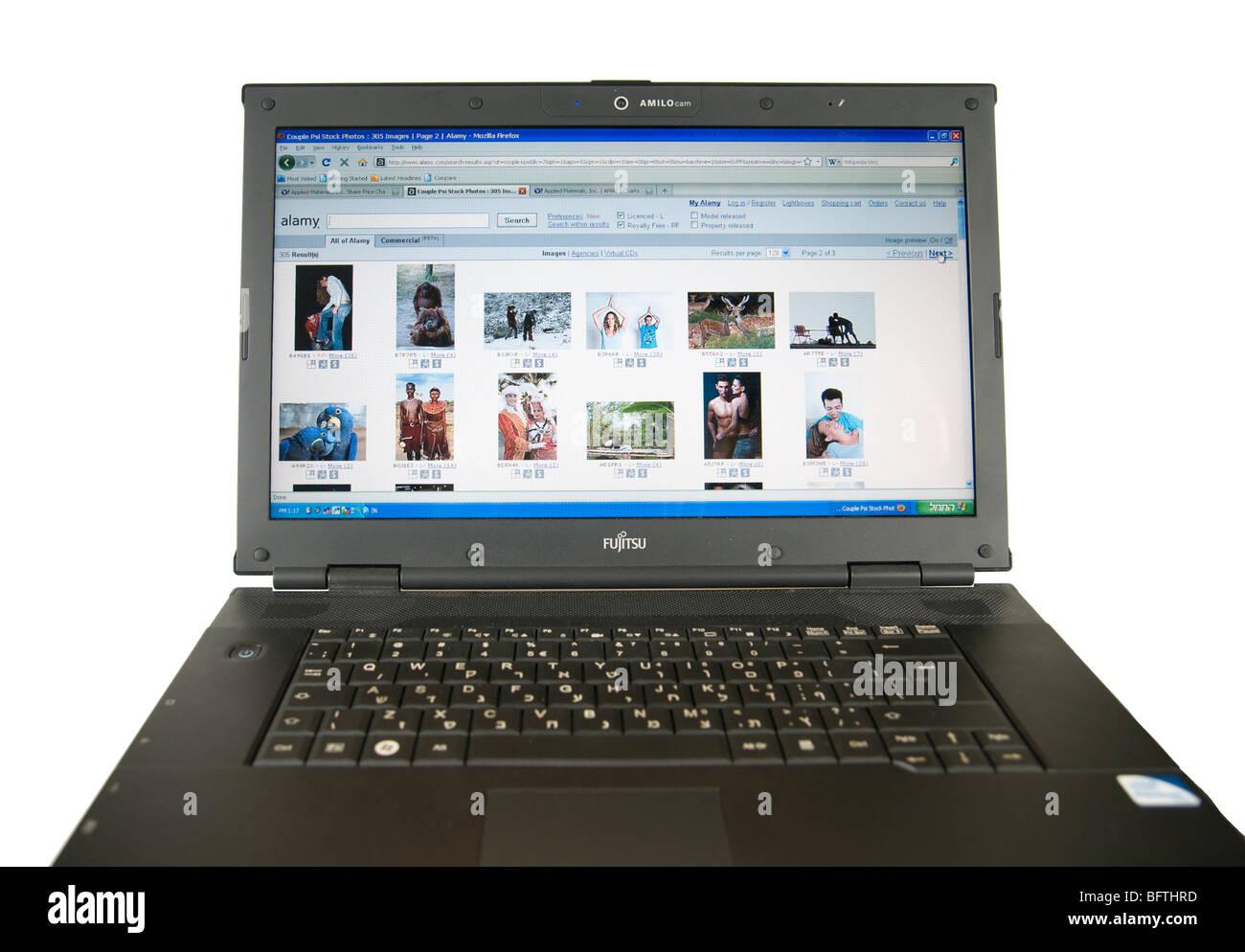 Ausschnitt aus einem Laptop-Computer-Bildschirm zeigt Alamy Suchergebnisse auf weißem Hintergrund Stockbild