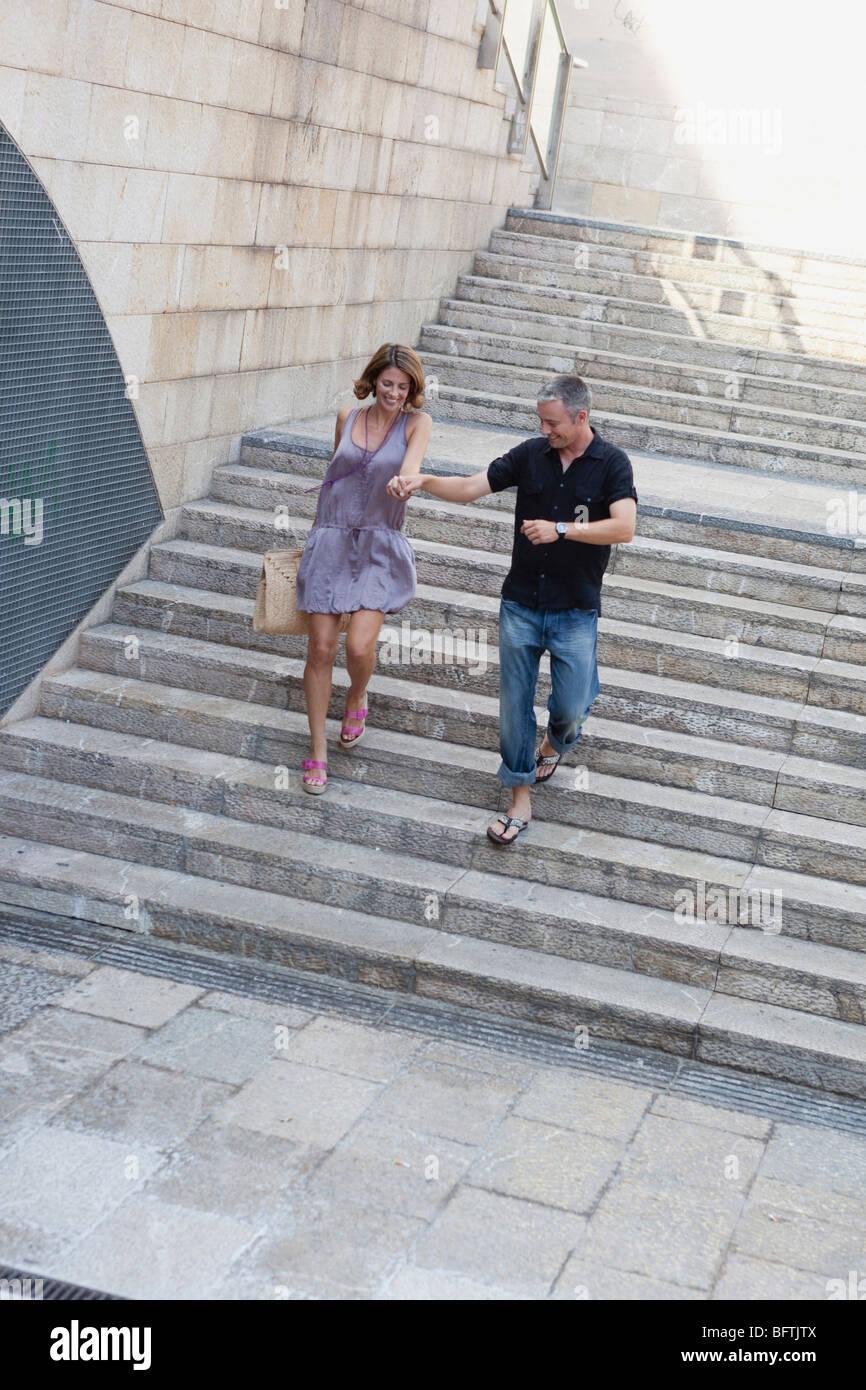 paar, die Treppe hinunter laufen Stockbild