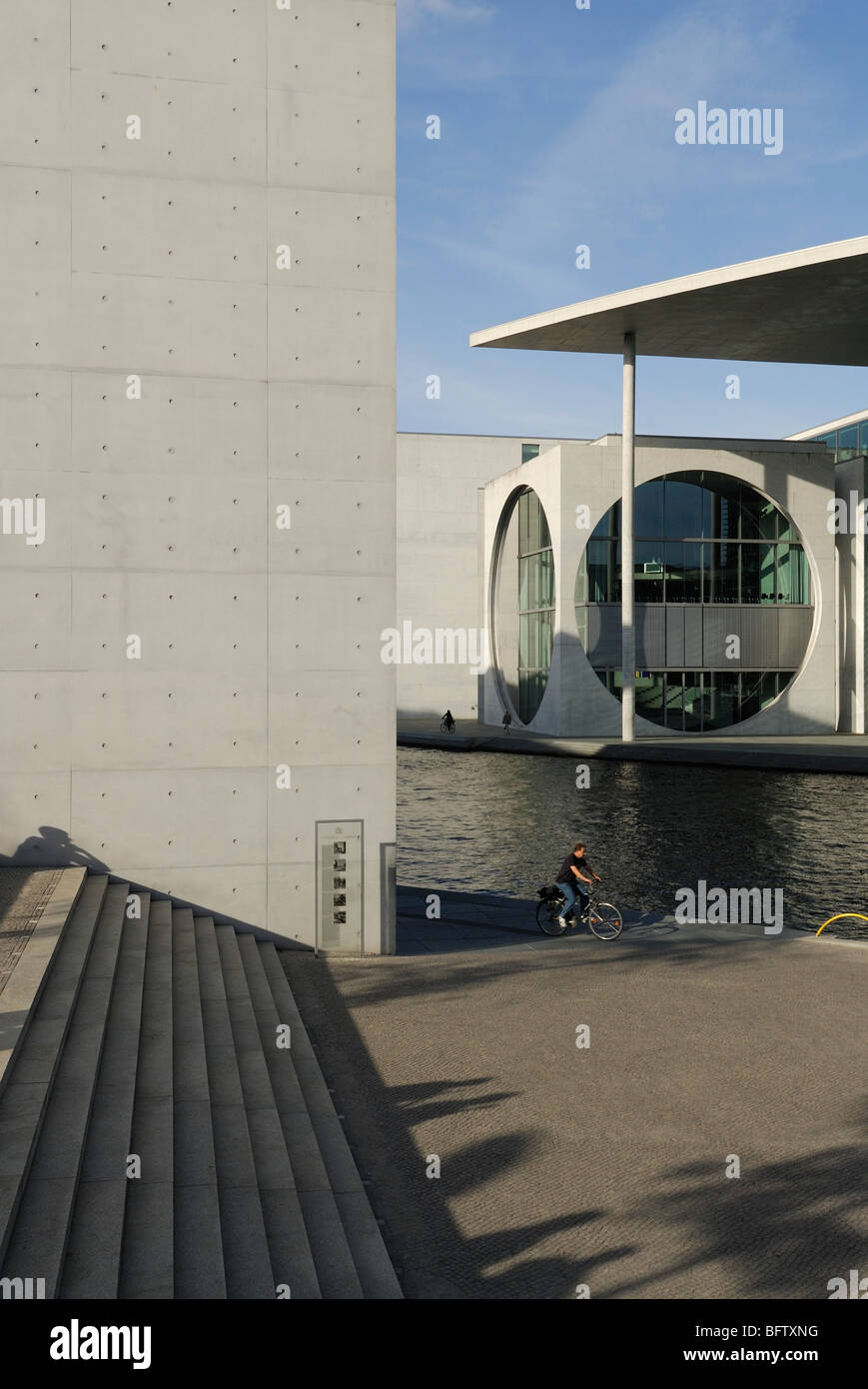 Berlin. Deutschland. Band des Bundes Ministerien Komplex liegt an der Spree. Stockbild