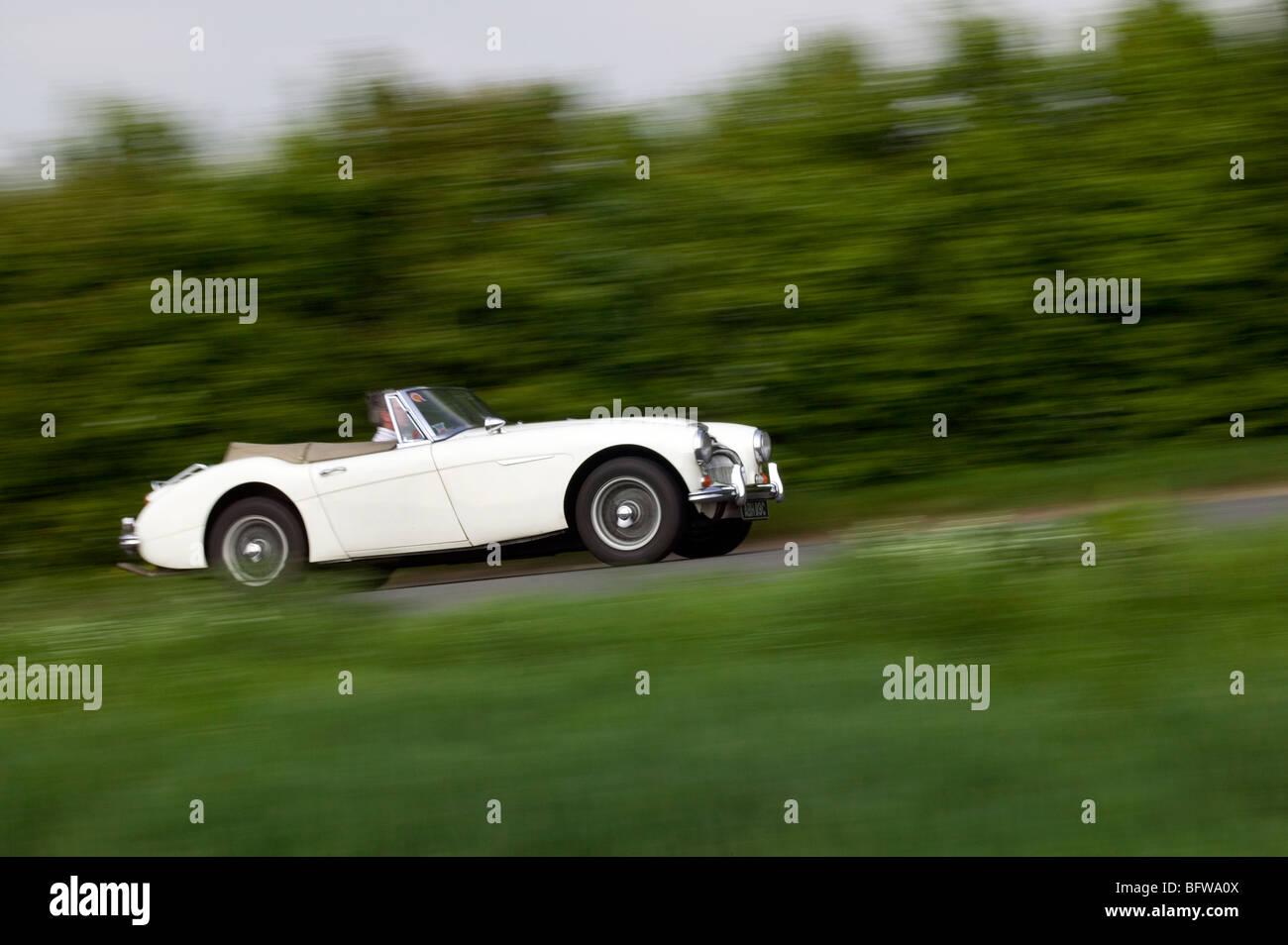 1965 Austin Healey 3000 MkIII englischen Landstraßen befahren Stockbild
