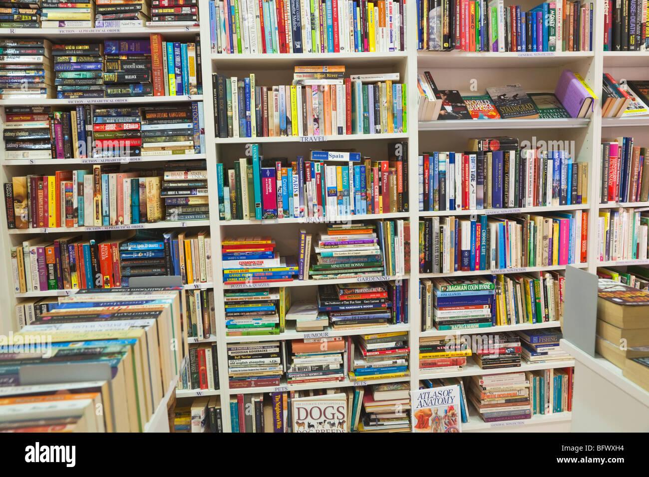 Bücher in englischer Sprache im Second-Hand Buchladen Stockbild