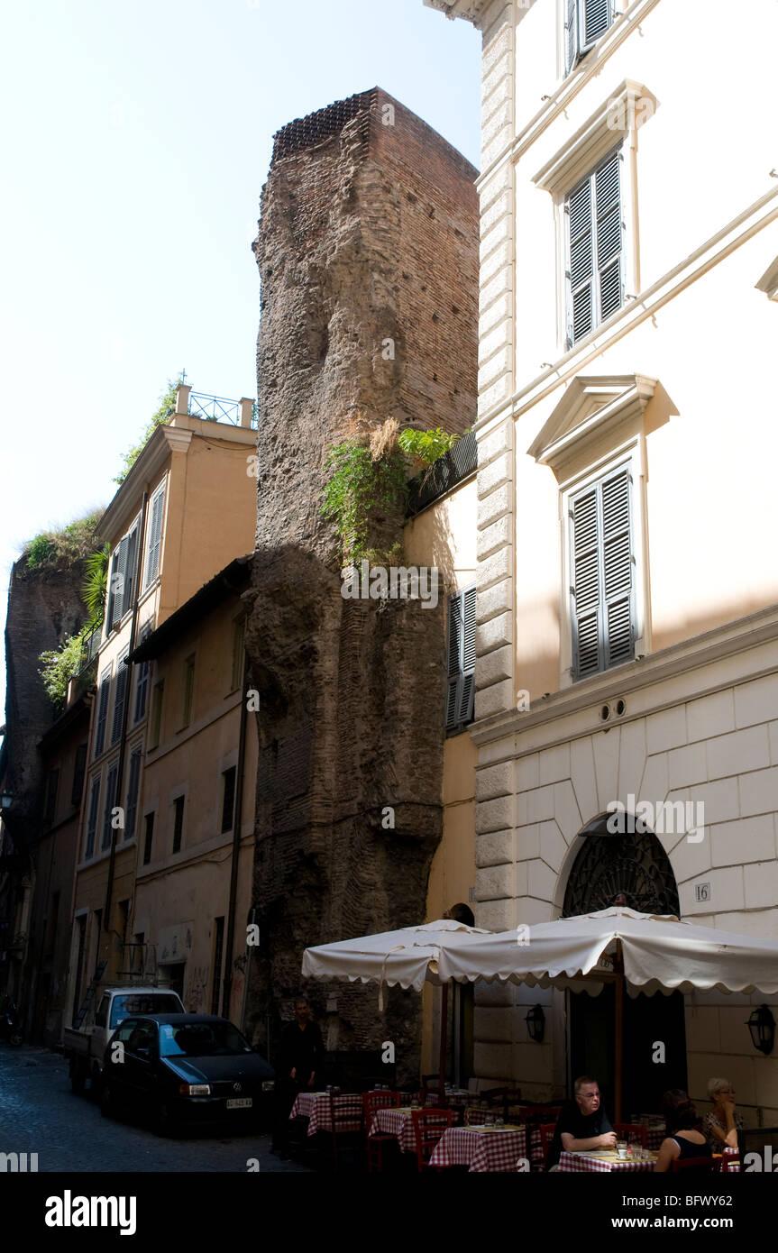 Alte römische Mauer stehend zwischen modernen Häusern in Rom ...