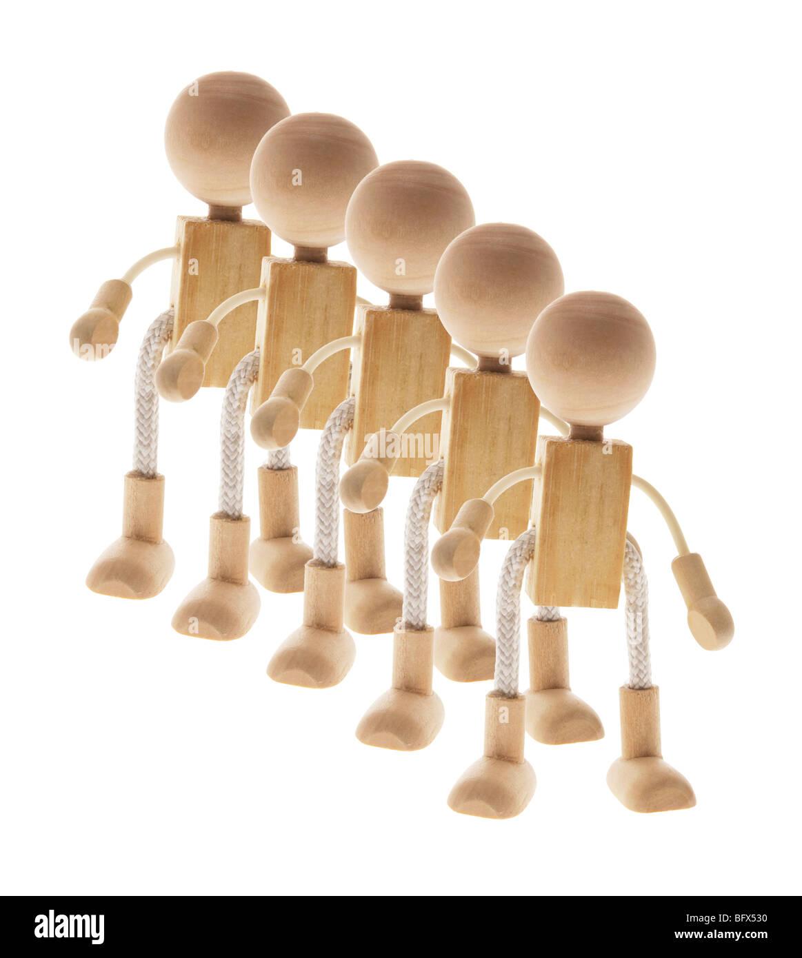 Reihe von Holzfiguren Stockfoto