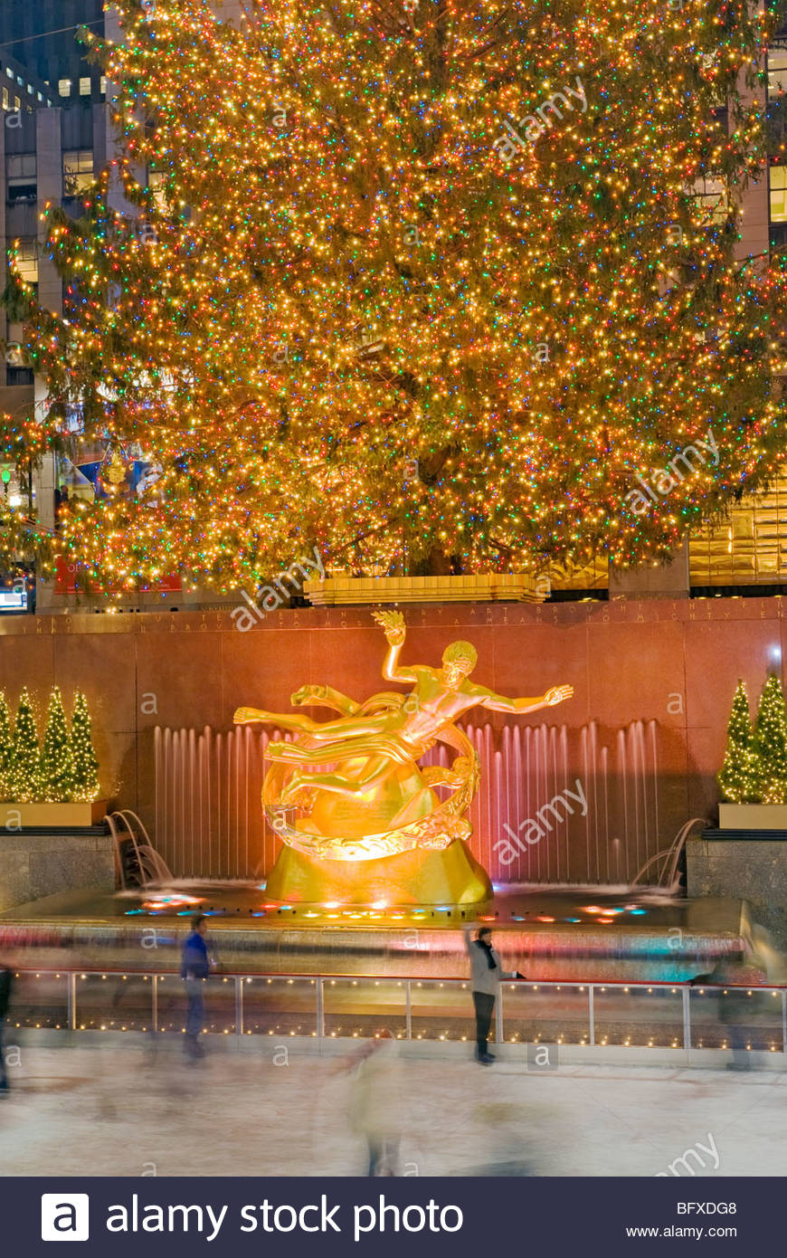 Weihnachten New York Rockefeller Plaza Weihnachtsbaum und Eislaufbahn Stockbild