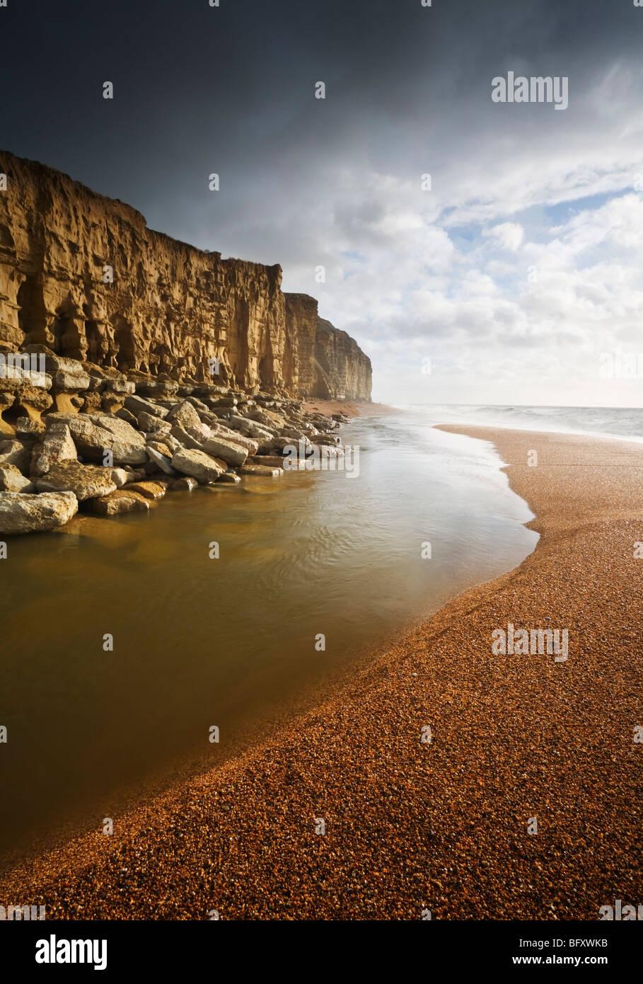 Der Fluss Braut und Cliff Burton. Juraküste Welterbe-Aufstellungsort. Dorset. England. VEREINIGTES KÖNIGREICH. Stockbild