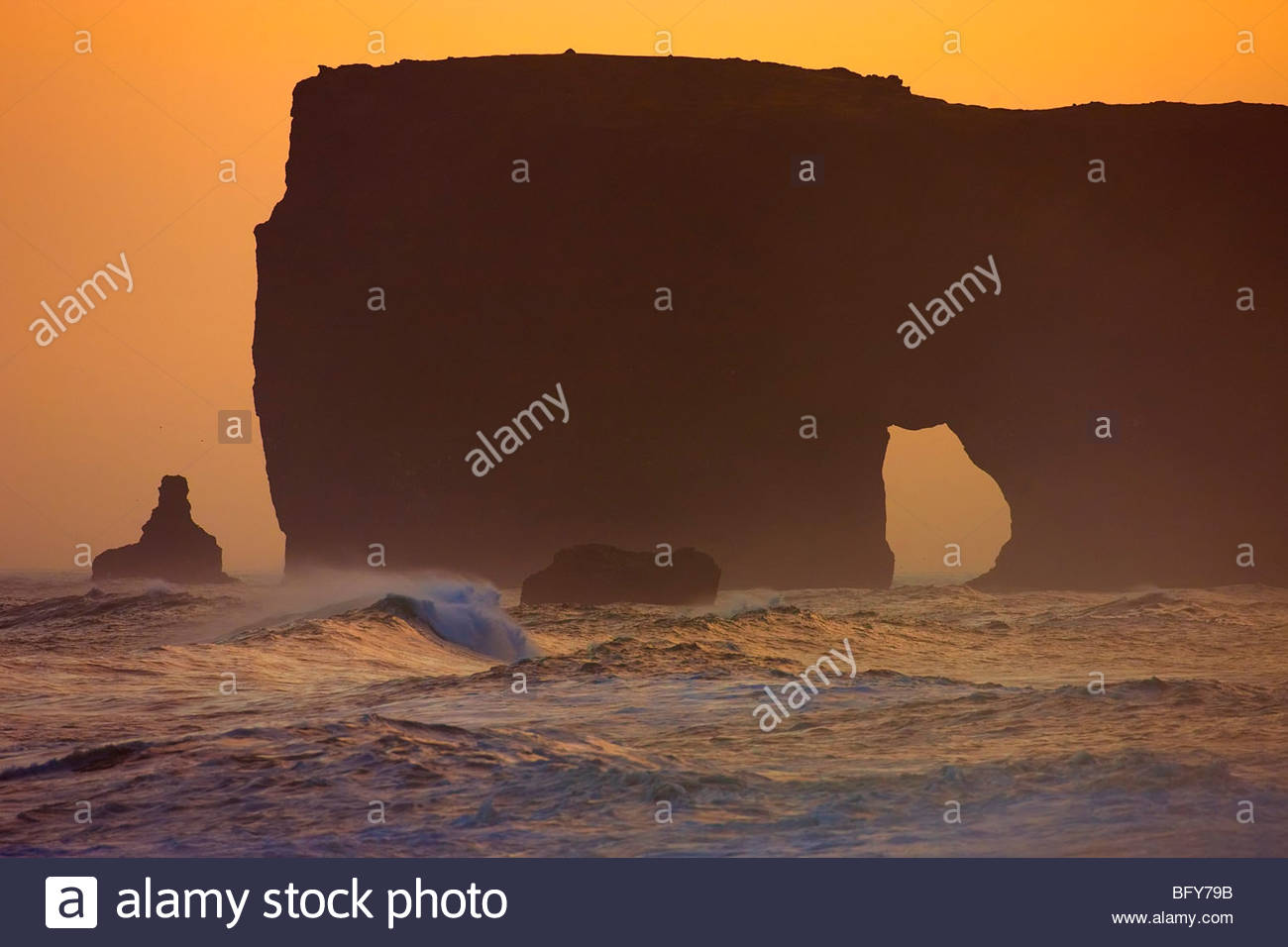 Die Lundadrangur Felsbogen thront hoch über dem Atlantik bei Dyrhólaey, Island. Stockbild