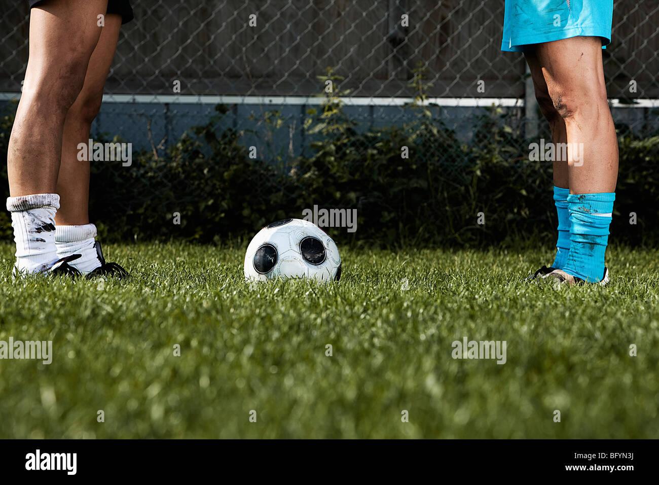 Detail von Angesicht zu Angesicht stehen zwei weibliche Fußballspieler Stockbild