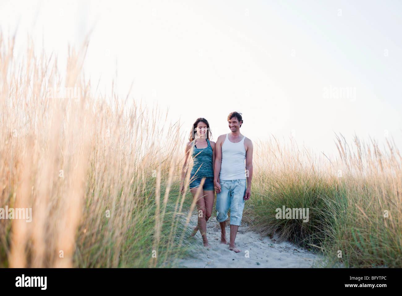 paar Strand spazieren Stockfoto