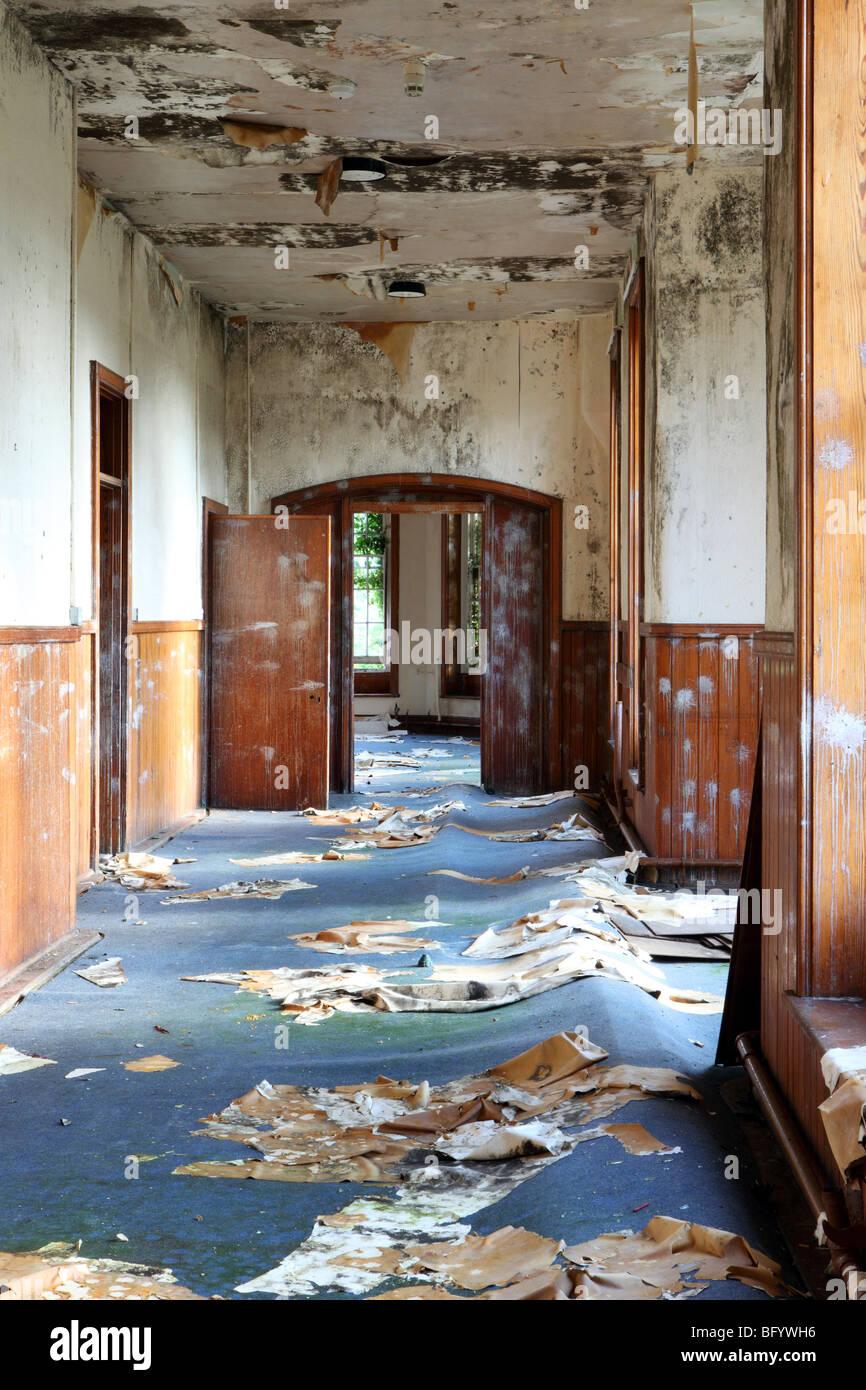 Flur in einem alten verlassenen Asyl psychiatrisches Krankenhaus Stockbild