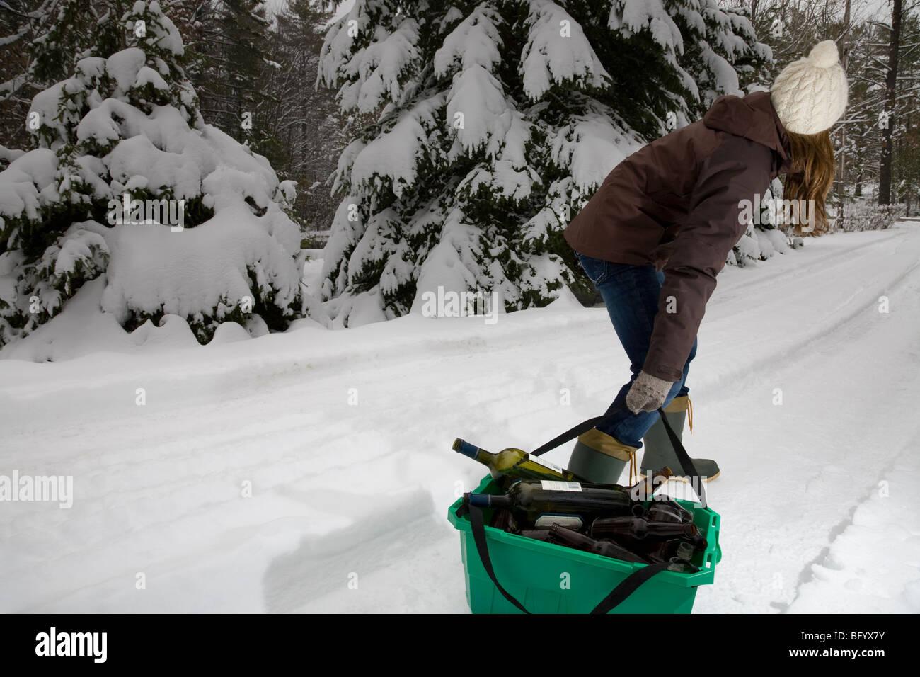 Frau, ziehen, recycling im Schnee Stockbild