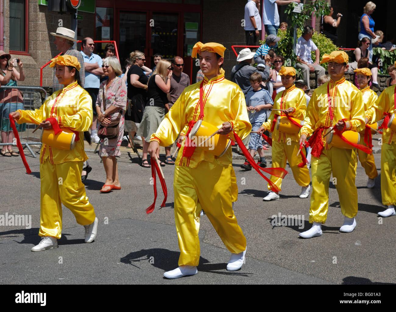 """Mitglieder der alten chinesischen Kultur """"Falun Gong"""" marschieren durch die Straßen von Penzance, Stockbild"""