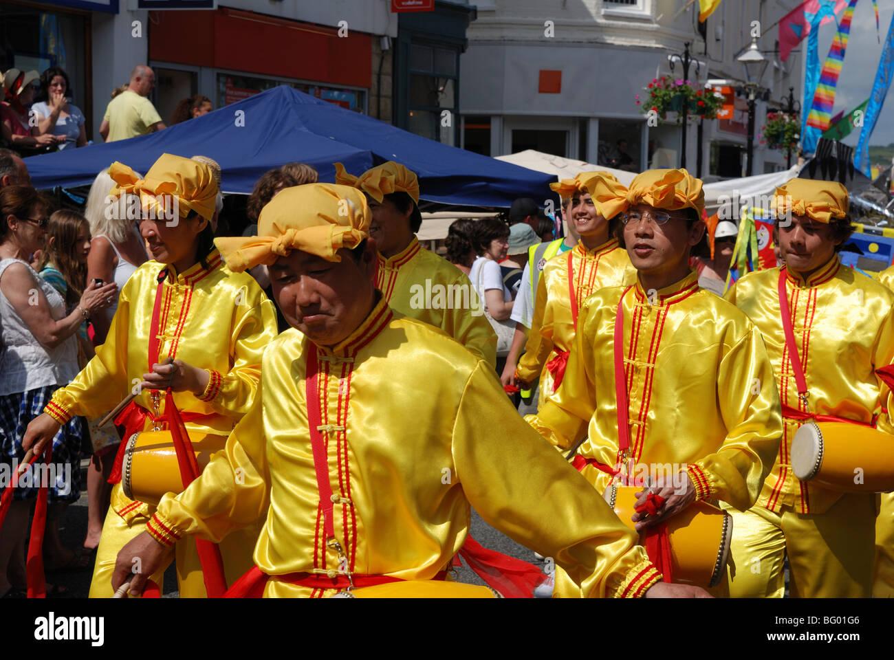 """Mitglieder der alten chinesischen Kultur """"Falun Gong"""" marschieren durch die Straßen von Penzance Stockbild"""