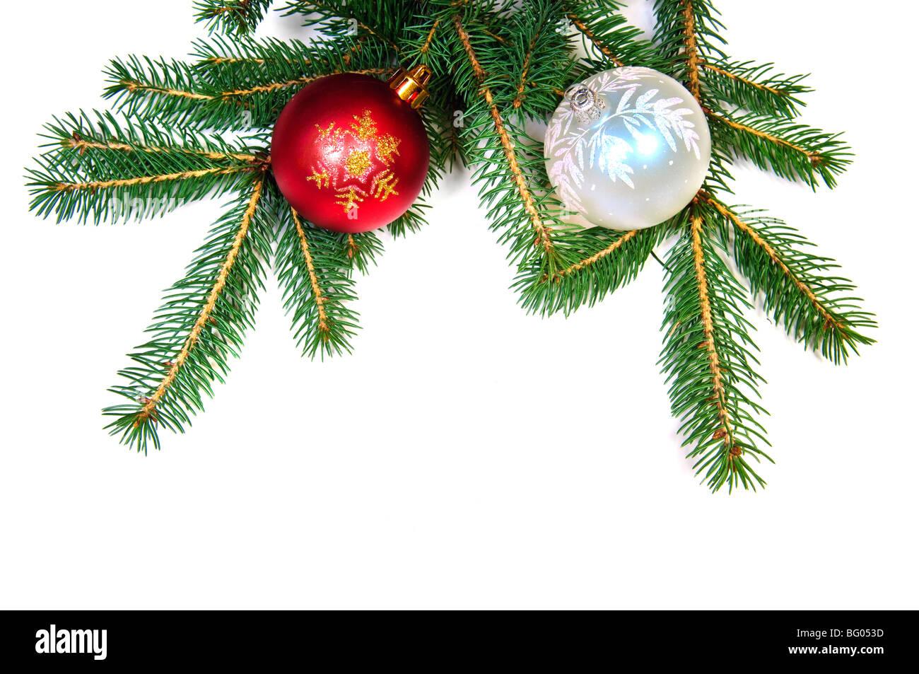 Weihnachten Kugeln auf Fir Tree Branch auf weißem Hintergrund Stockbild
