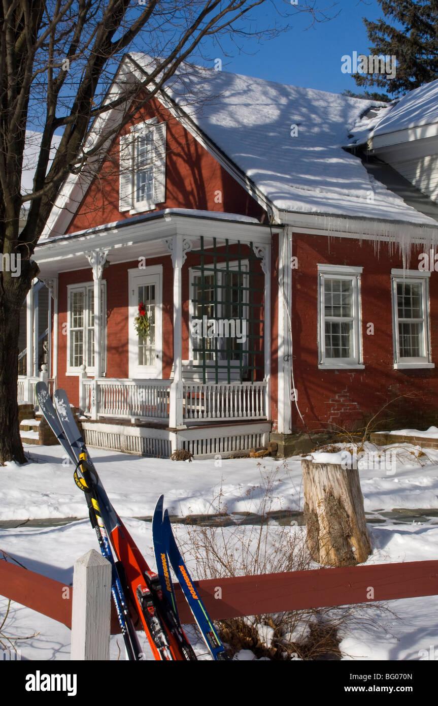 Ski Stutzte Sich Auf Einen Zaun Vor Einem Farbenfrohen Roten Haus