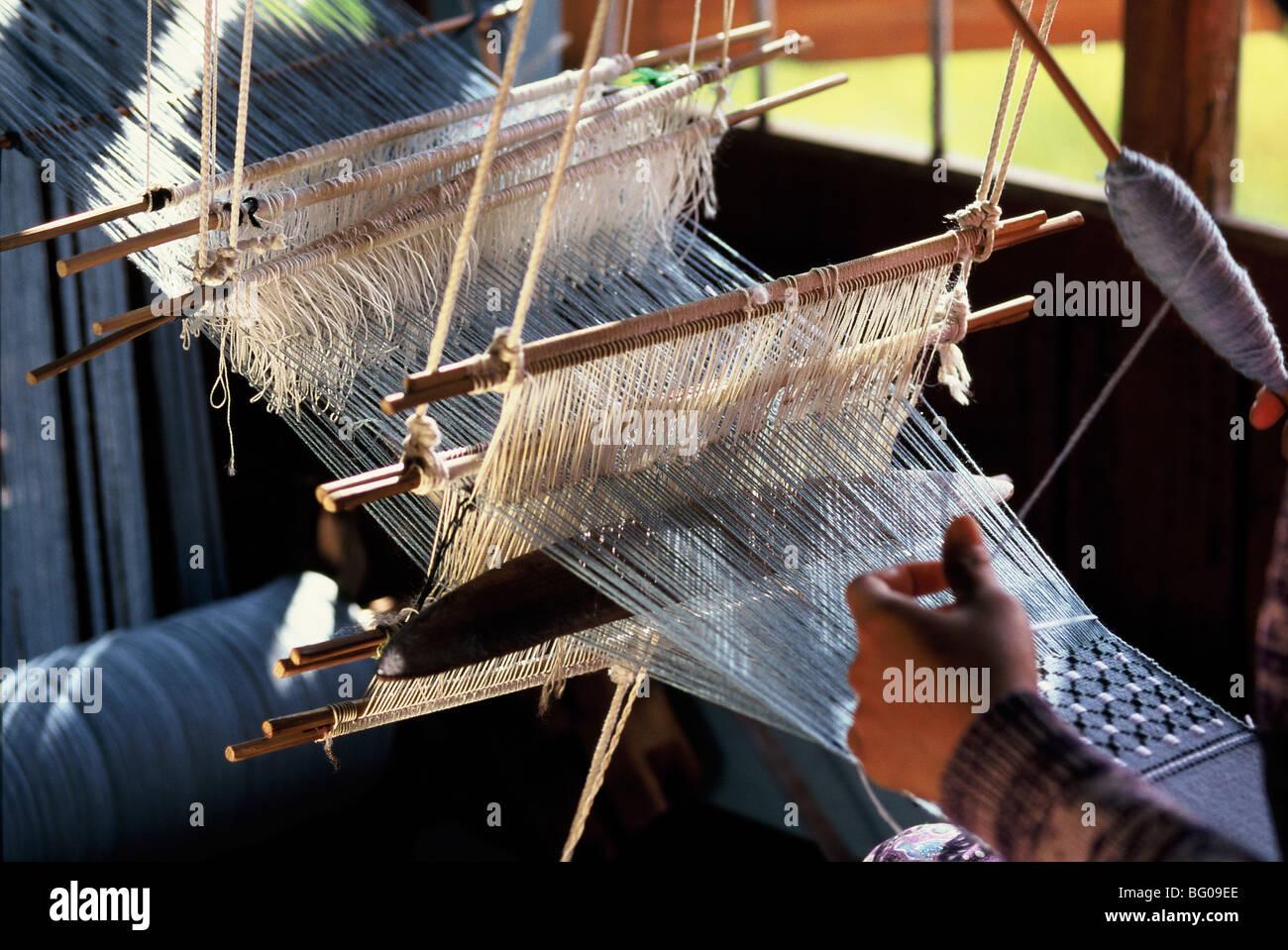 Webstuhl weben Baumwollstoffe auf einem traditionellen Multiple ...