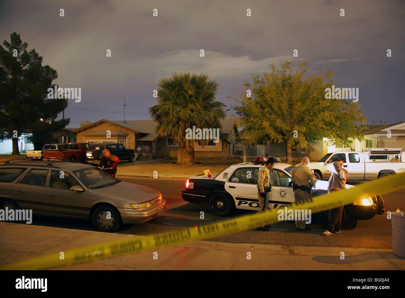 """Las Vegas-Polizei """"und"""" CSI an einem Tatort spät in der Nacht, Las Vegas, Nevada, USA. Stockbild"""