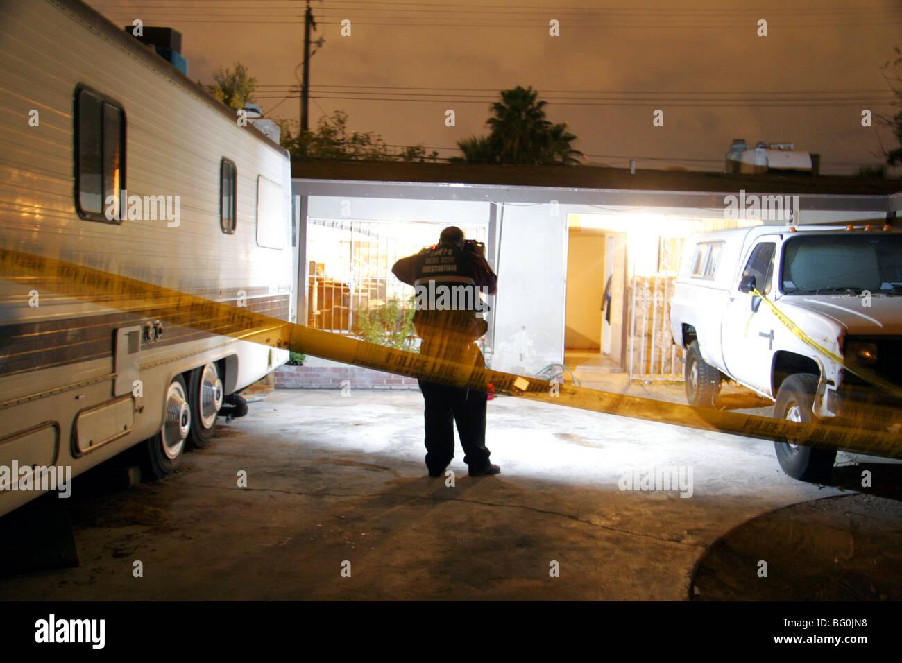 Las Vegas Metropolitan Police Crime Scene Investigator fotografieren einen Tatort in Las Vegas, Nevada, USA Stockbild
