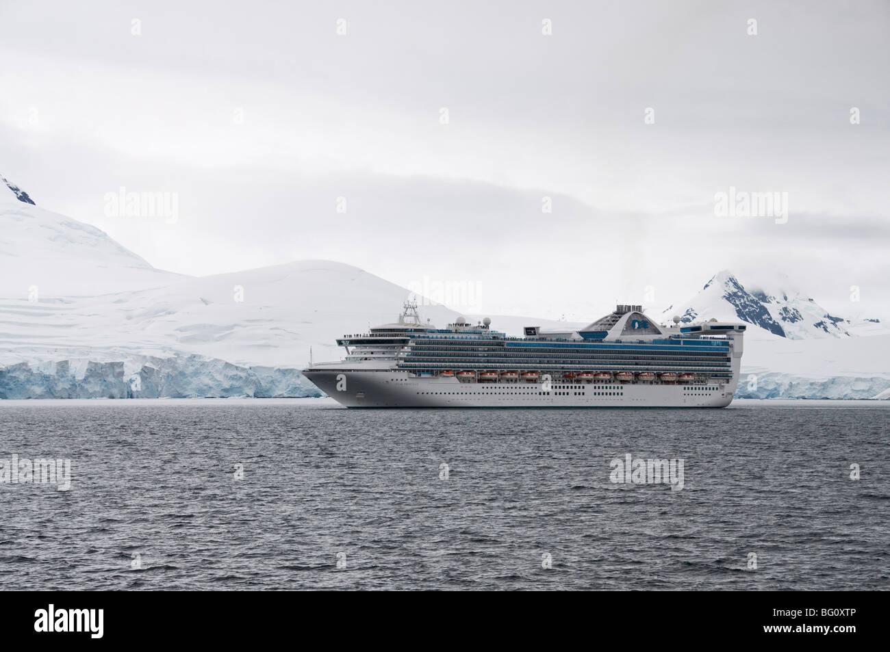 Schiff in den Gewässern um die antarktische Halbinsel, Antarktis, Polarregionen Stockbild