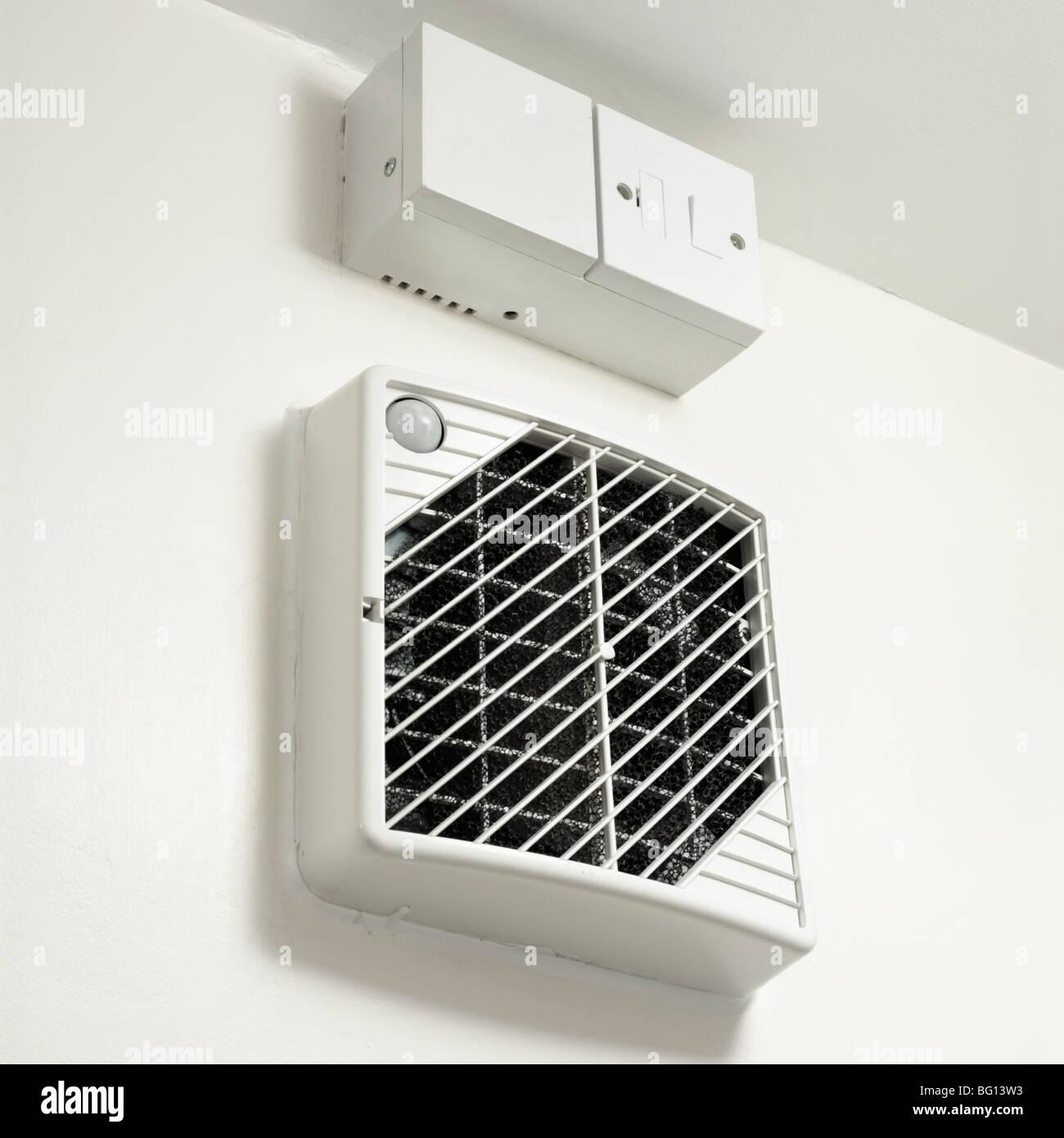 Lüftung Wärmerückgewinnung im Badezimmer von Öko-Haus. Nahaufnahme ...