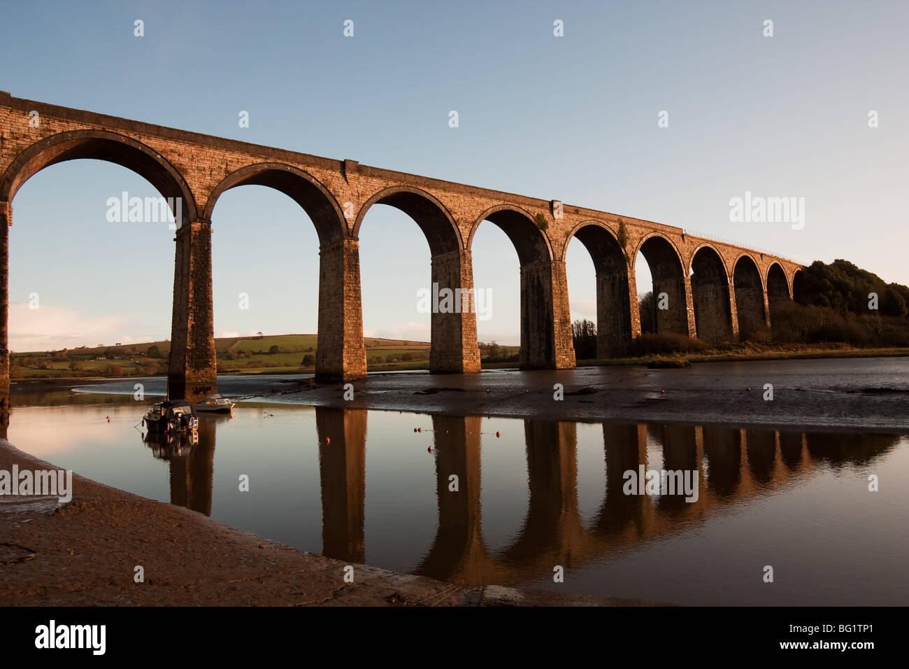Das Viadukt bei St. Deutschen in Cornwall, trägt die wichtigsten Eisenbahnstrecke in und aus Cornwall. Stockbild