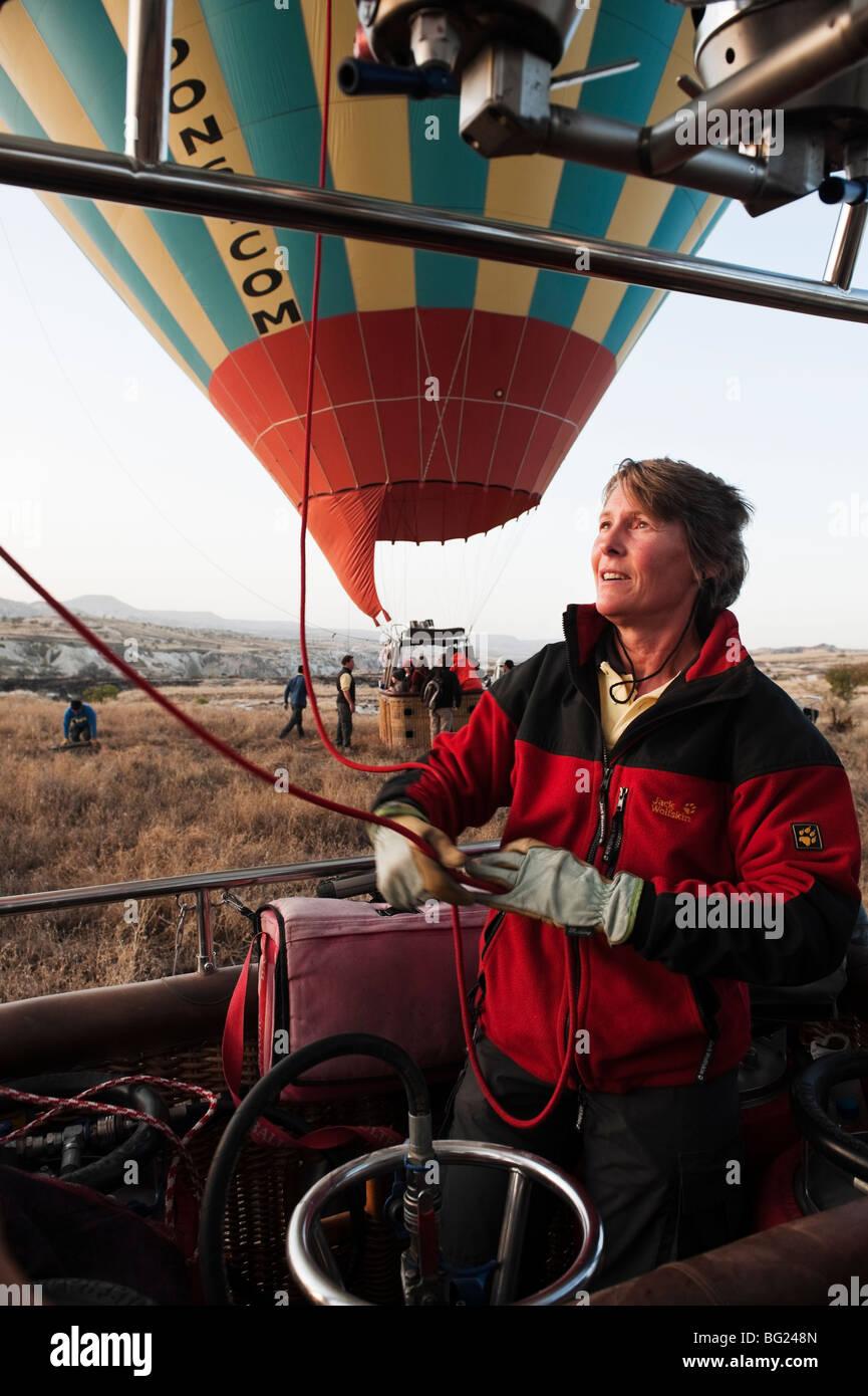 Heißluft-Ballon-Flugvorbereitung in Kappadokien, Türkei mit Kapadokya Balloons Stockbild