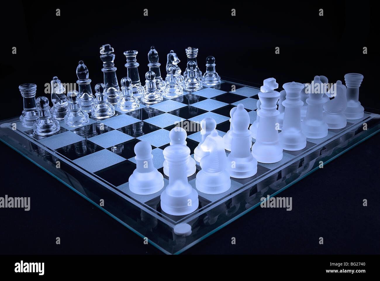 Eine beleuchtete Glas-Schachspiel Stockbild